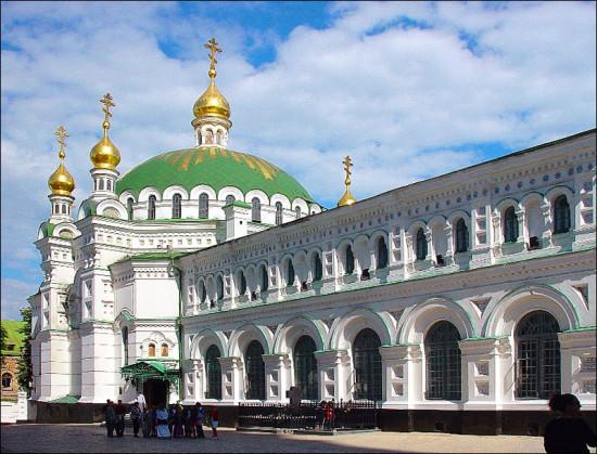 Трапезная церковь. Прямо около нее расположены могилы В. Кочубея, И. Искры, П. Столыпина