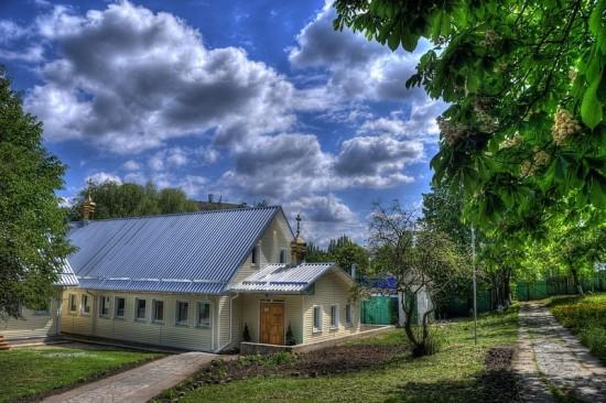 На территории Николо-Тихвинского монастыря