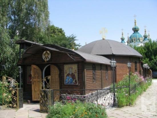 На территории Десятинного монастыря. На заднем плане - Андреевская церковь