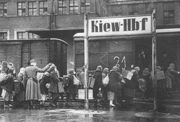 Отправка остарбайтеров в Германию. Киев, 1942 год