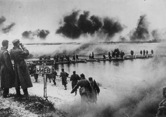 Наступление советских войск на Киев - переправа через Днепр